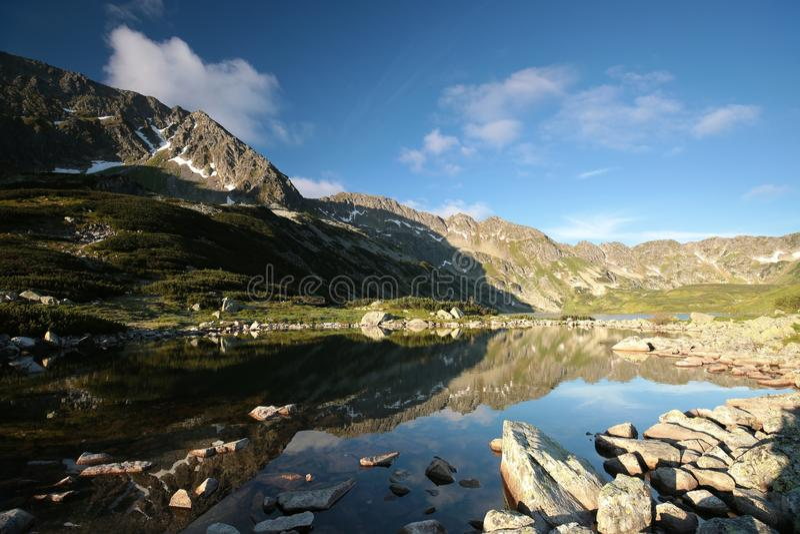 Tal von fünf Teichen in den Tatra-Bergen an der Dämmerung lizenzfreies stockfoto