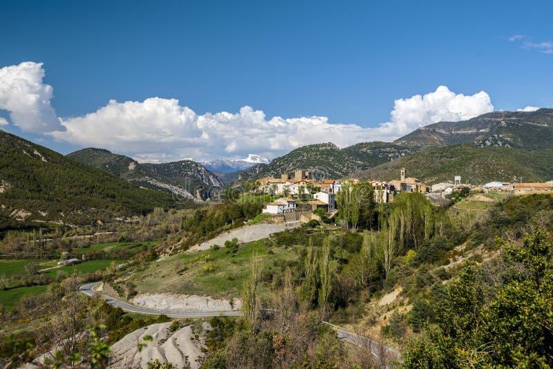 Tal von Veral-Fluss in spanischen Pyrenäen in Aragonien-Region Binies-Dorf mit dem Schloss und der San Salvador-Kirche ist am Rec stockfotografie
