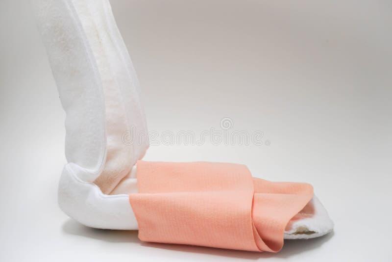 tala do pé envolvida com a atadura para a liberação de ferimento fotografia de stock