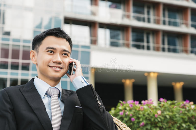 tala för telefon för stilig man för affär mobilt fotografering för bildbyråer