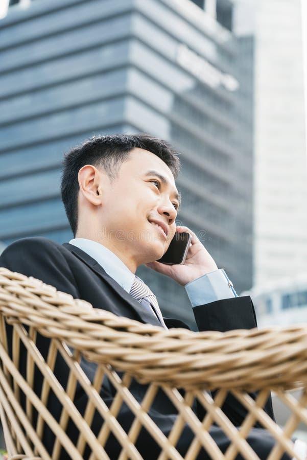 tala för telefon för stilig man för affär mobilt arkivbild