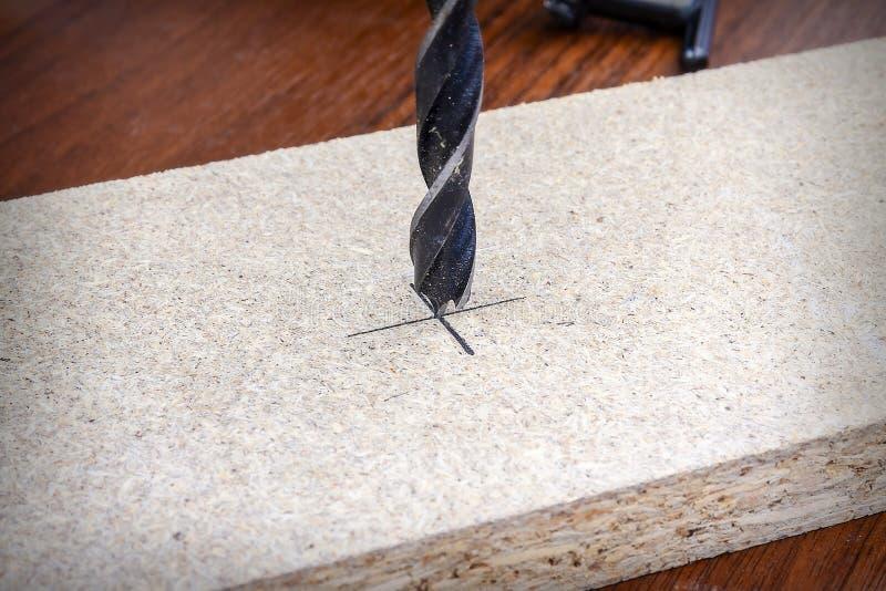 Taladro de acero del boer un agujero en un tablero de madera Variedad de primer de las herramientas de la carpinter?a y de los in fotos de archivo