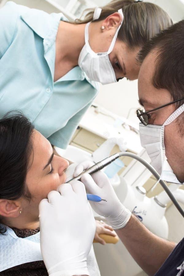 Taladro del dentista en el trabajo
