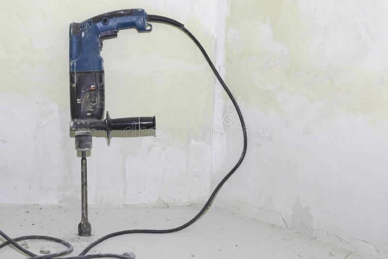 Taladro eléctrico, perforador, reparación en la casa imagen de archivo