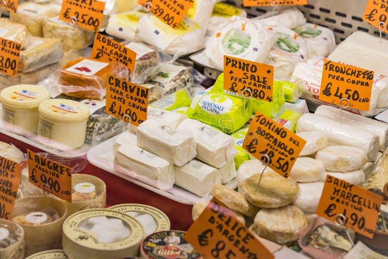 ?talage et ?tag?res de Wagner Market ? Milan avec beaucoup de genres de fromages images stock