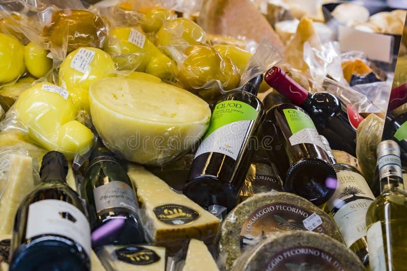 ?talage et ?tag?res de Wagner Market ? Milan avec beaucoup de genres de fromages photographie stock