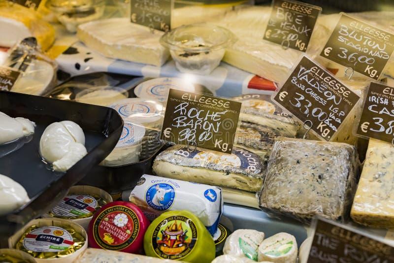 ?talage et ?tag?res de Wagner Market ? Milan avec beaucoup de genres de fromages image libre de droits