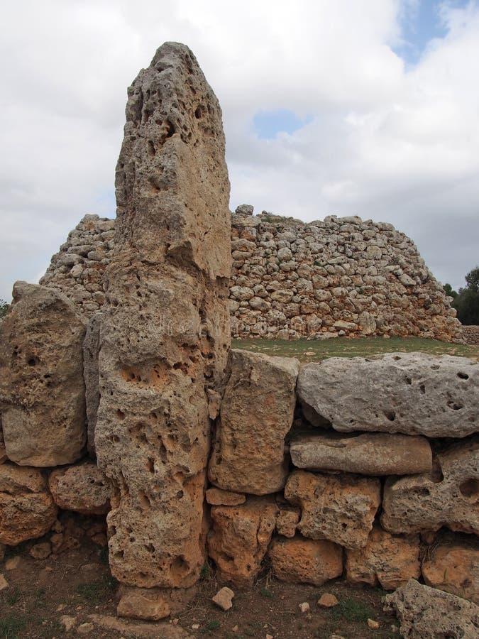 Talaiotic wioska Trepuco Minorca Balearic wyspy pokazuje wielkiego taula i megalit w tle fotografia royalty free