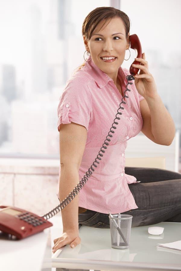 talande arbetare för kontorstelefon royaltyfri bild