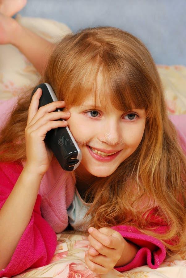 talande barn för flickatelefon arkivfoto