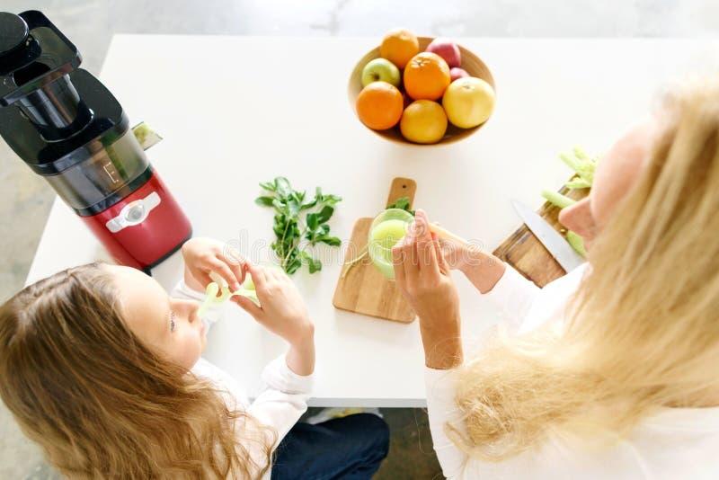 Talande drink för sund för livsstilbegrepp gullig moder för liten flicka arkivbild
