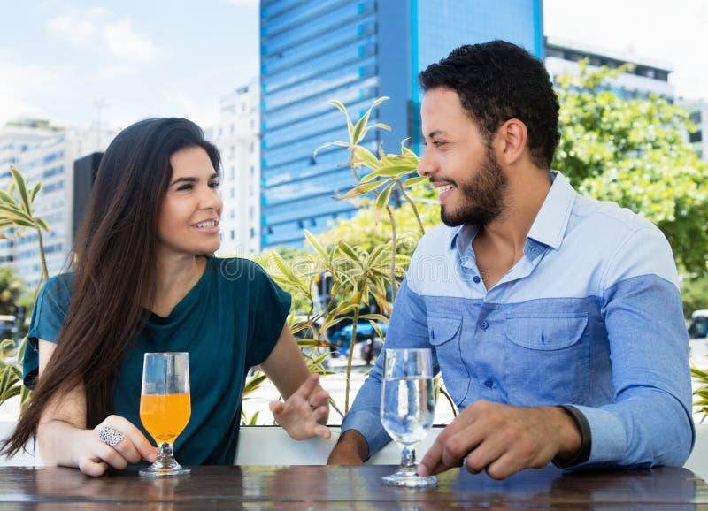 Talande förälskelsepar i en restaurang arkivfoton