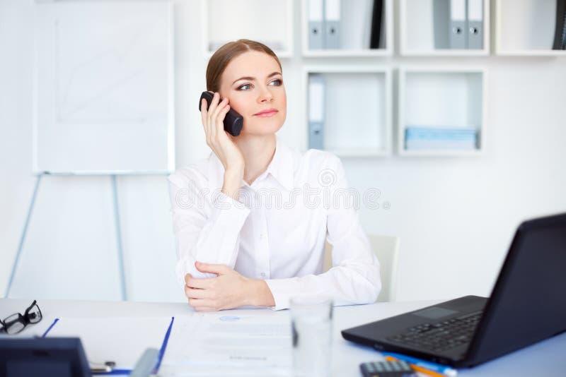 talande kvinna för affärscelltelefon arkivbilder