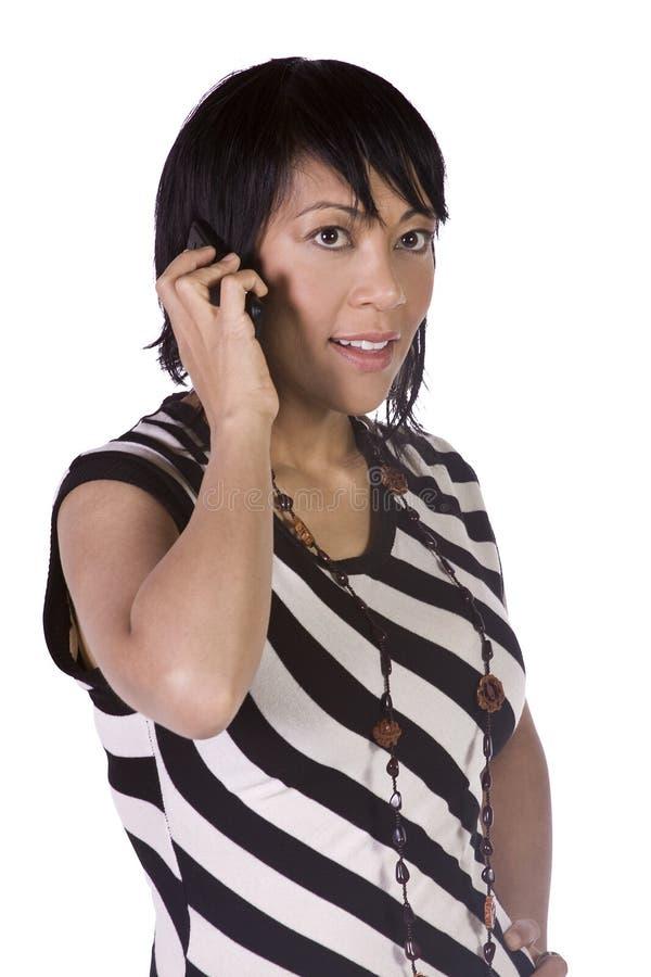 talande kvinna för asiatisk latinamerikansk telefon fotografering för bildbyråer
