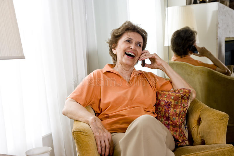 talande kvinna för gammalare telefon fotografering för bildbyråer