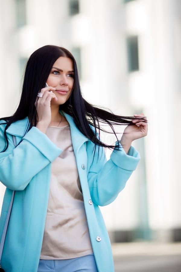 talande kvinna för härlig telefon royaltyfri bild