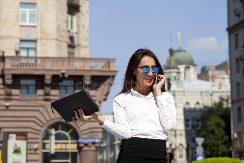 talande kvinna för härlig telefon för affär mobil arkivfoto