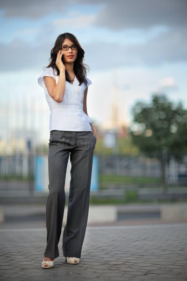 talande kvinna för telefon arkivbilder