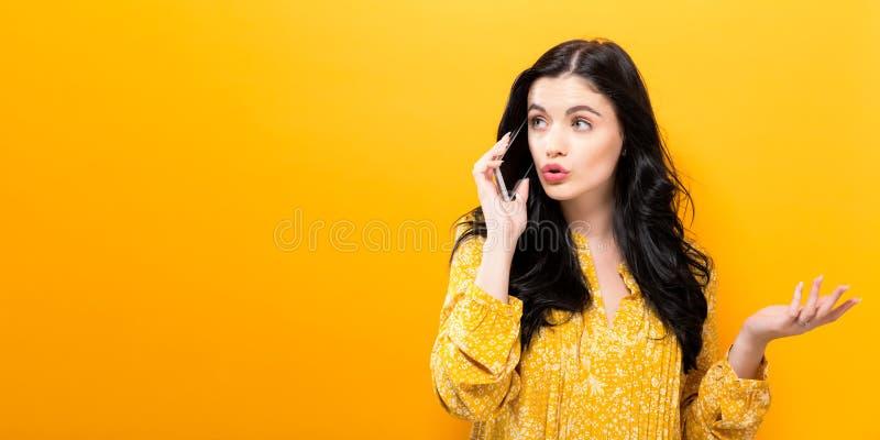 talande kvinnabarn för telefon arkivbild