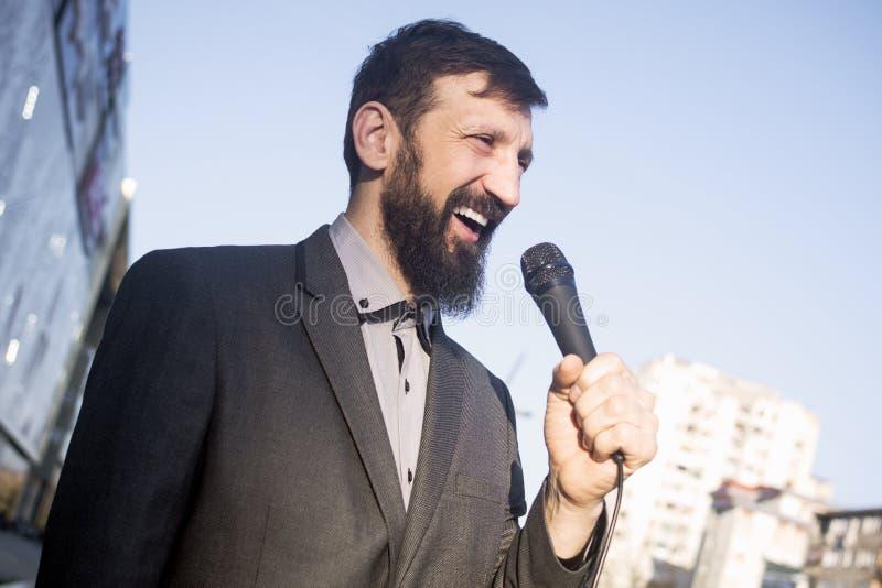 Talande mikrofon för TVreporter arkivbilder