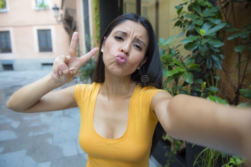 Talande selfie för attraktiv latinsk kvinna royaltyfri foto
