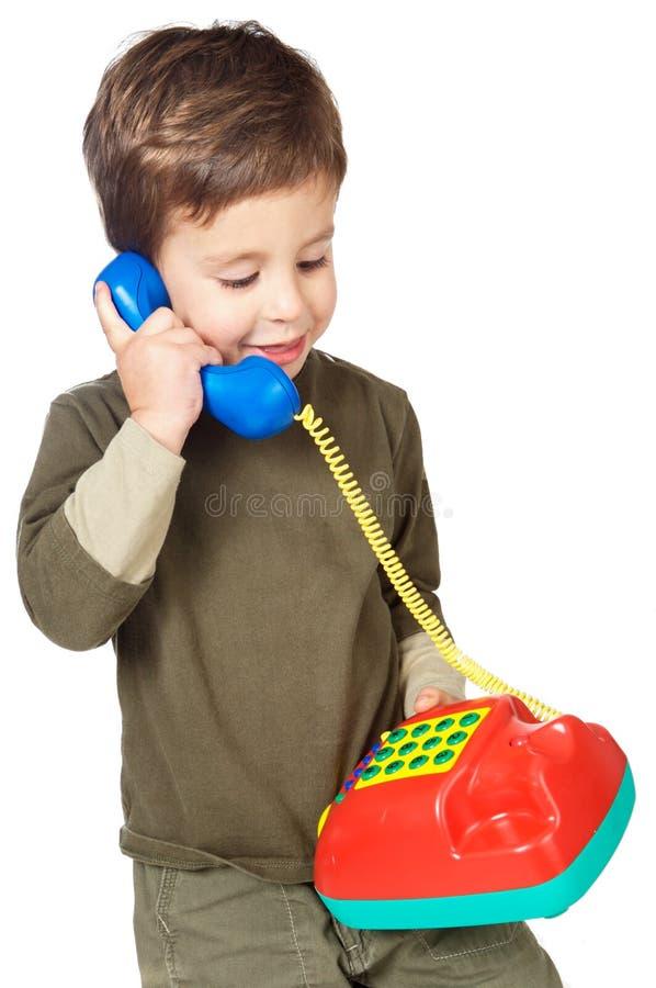 talande telefon för förtjusande pojke fotografering för bildbyråer