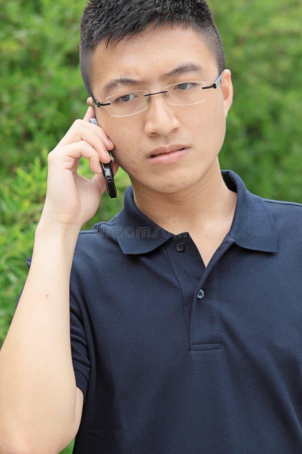 Talande telefon för kinesisk man royaltyfri bild