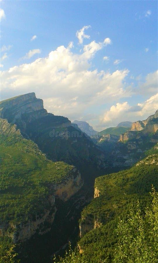 Talansicht von der Spitze eines Berges lizenzfreie stockfotografie