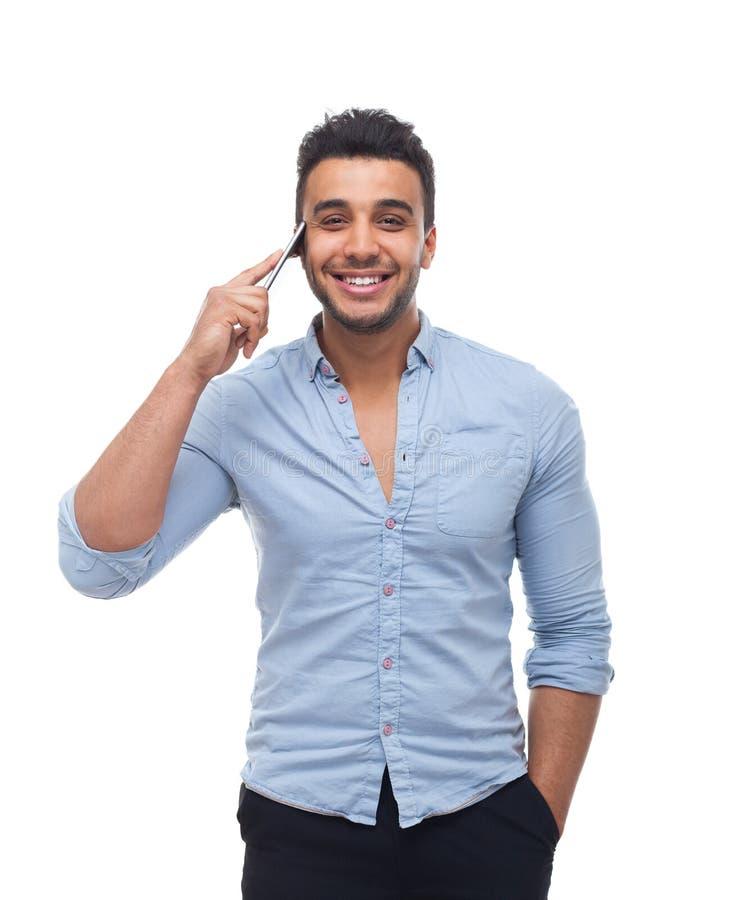 Talar den smarta påringningen för den stiliga cellen för affärsmannen lyckligt leende royaltyfri fotografi