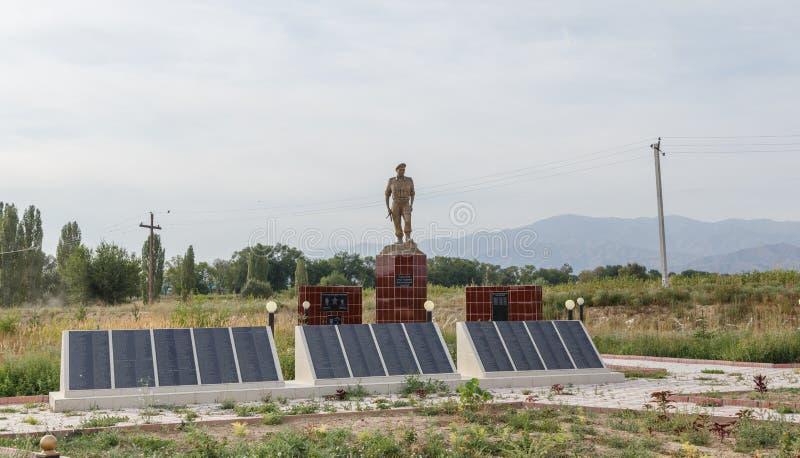 Talas del valle, Kirguistán - 15 de agosto de 2016: Monumento s caido imágenes de archivo libres de regalías