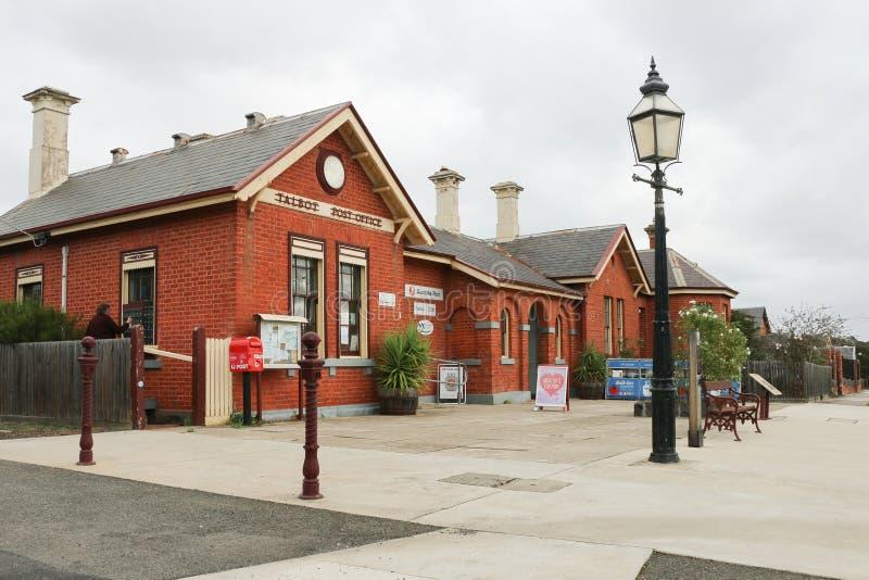TALBOT AUSTRALIEN - MAJ 4, 2016: Stolpen för röd tegelsten - kontor i Talbot arkivfoton