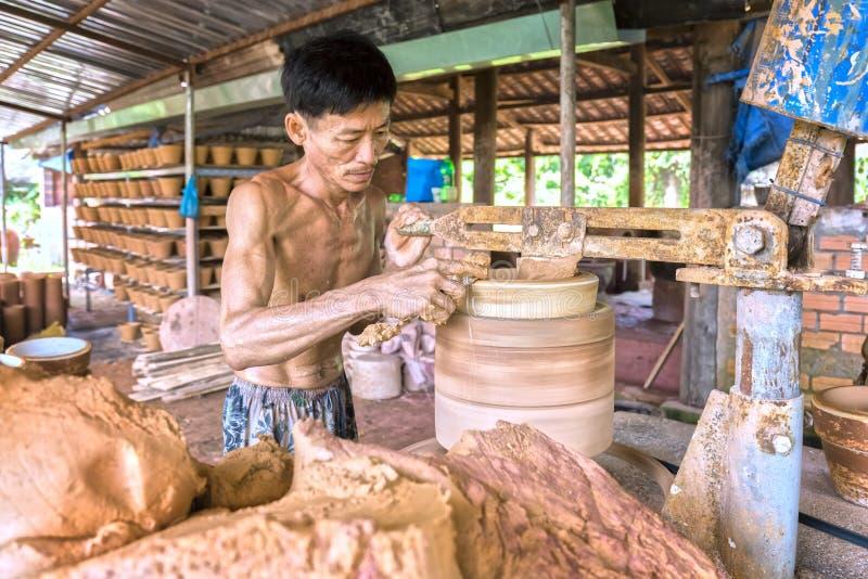 Talentierter Handtöpfer bei der Arbeit, die keramische Produkte formt lizenzfreies stockbild