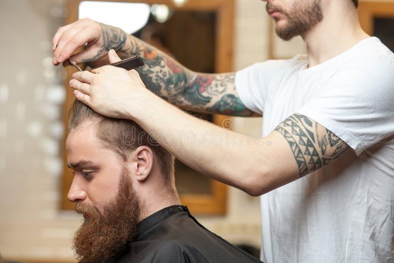 Talentierter männlicher Friseur dient seinen Kunden lizenzfreies stockbild