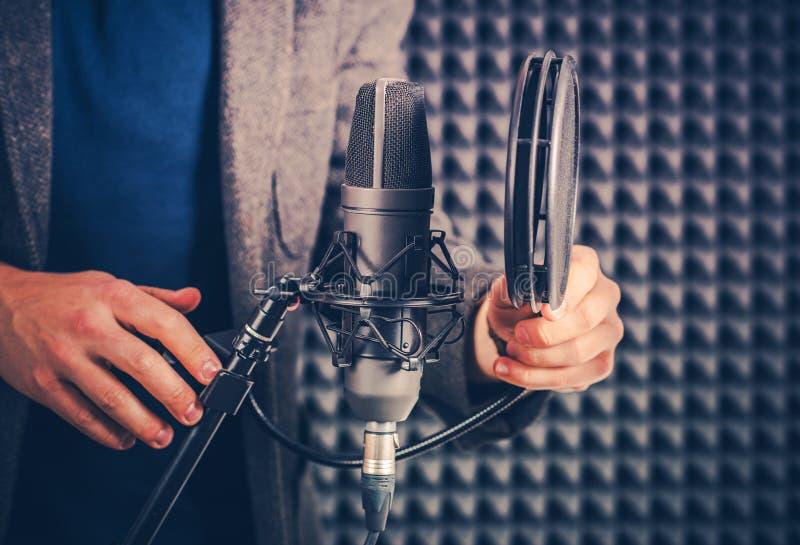 Talento de la voz en el estudio foto de archivo libre de regalías