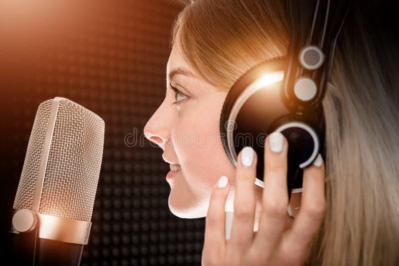 Talento femenino de la voz en estudio fotos de archivo libres de regalías