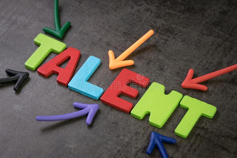 Talentos que encontram, recrutamento do negócio para a hora, conceito dos recursos humanos, setas coloridas que apontam ao TALENT imagem de stock royalty free