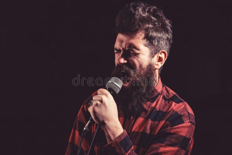 Talentshowkonzept Mann mit angespanntem Gesicht hält Mikrofon, lizenzfreie stockfotos