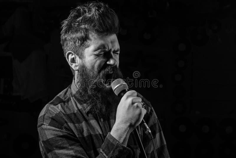 Talentshowkonzept Mann mit angespanntem Gesicht hält Mikrofon, lizenzfreies stockfoto