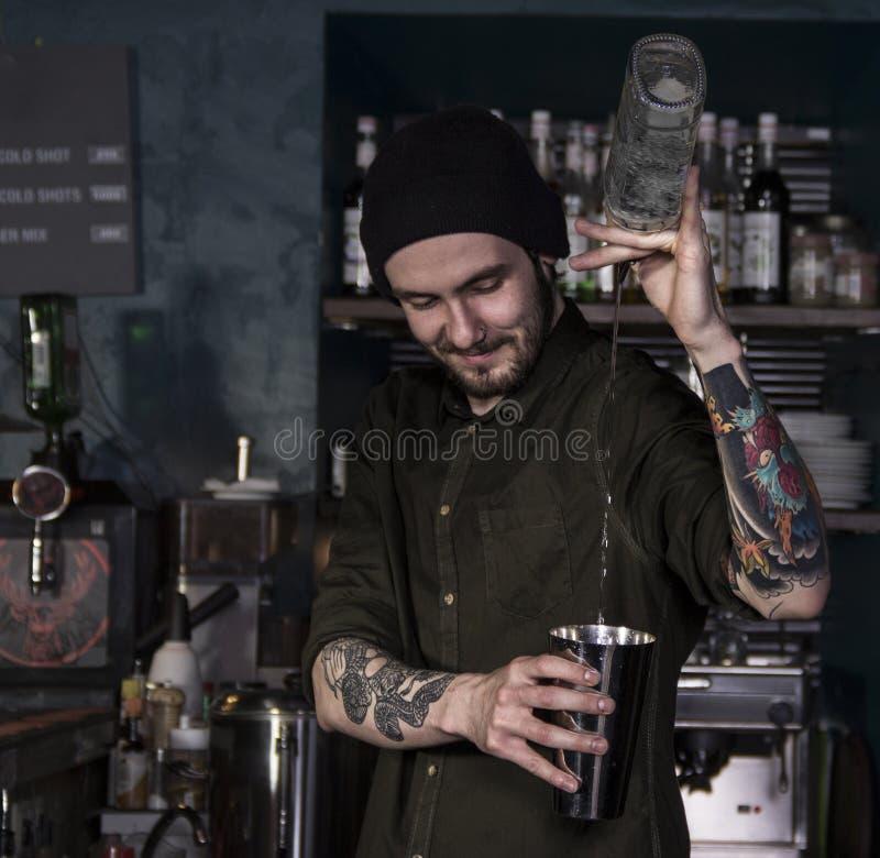 Talentu uśmiechnięty barman w akci obraz stock