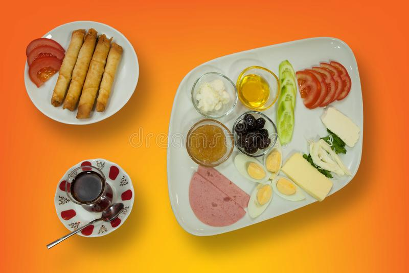 Talerz śniadanie z croissant, gotowanym jajkiem, mięsem i serem w dużym bielu talerzu, odizolowywającym z ścinek ścieżką zdjęcia stock