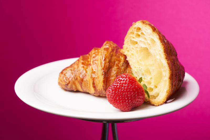 Talerz świeżo piec Francuscy croissants zdjęcie royalty free