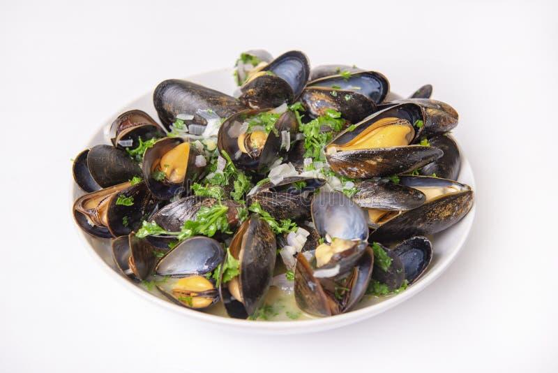 Talerz świezi mussels z cebuli i pietruszki mignonette fotografia stock