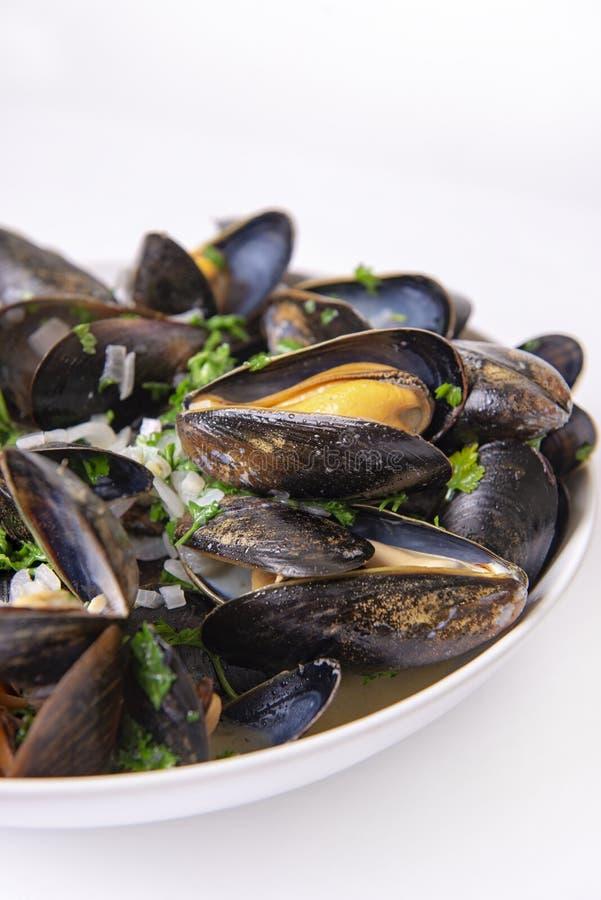 Talerz świezi mussels z cebuli i pietruszki mignonette zdjęcia royalty free