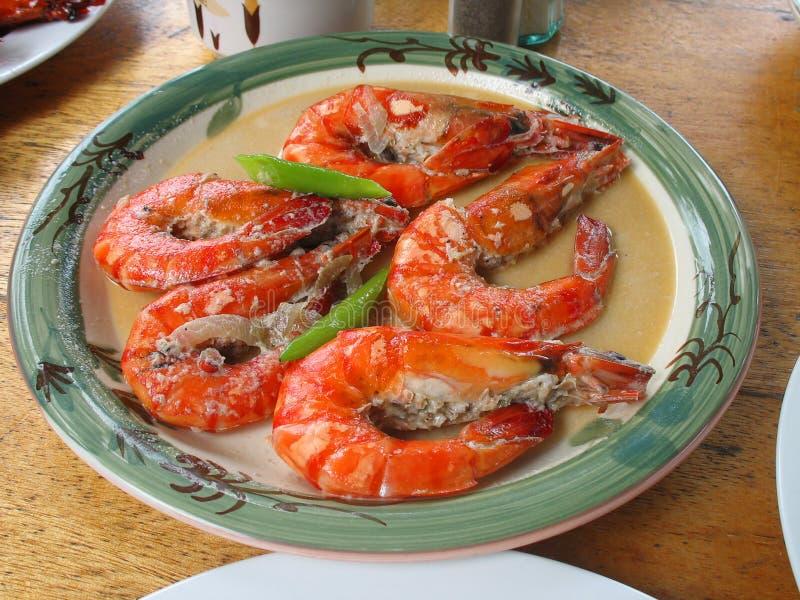 Talerz apetyczne tygrysie garnele Pięć czerwienie gotujących garneli z sosu i zieleni liśćmi zdjęcie royalty free
