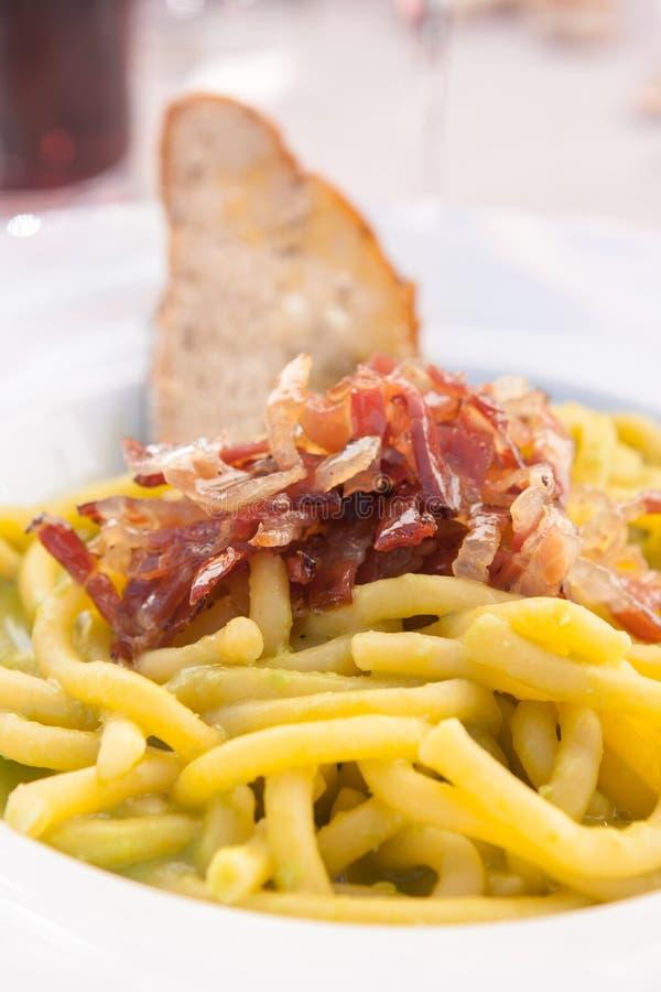 Talerz bigoli włoski makaron z drobiny i grochów śmietanką, Corti zdjęcia stock