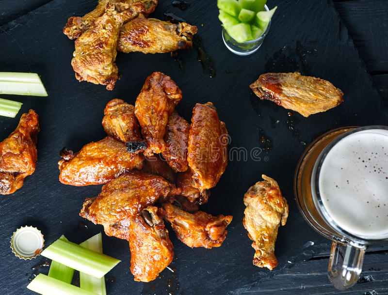 Talerz crispy wyśmienicie bawoli kurczaków skrzydła zdjęcia royalty free