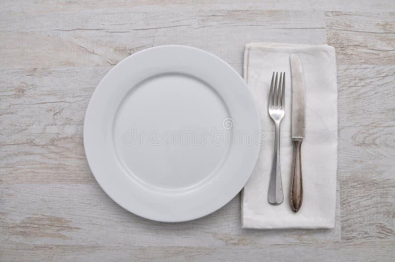 Talerz, cutlery i płótno na drewnie, fotografia royalty free