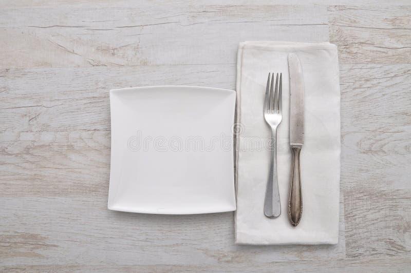 Talerz, cutlery i płótno na drewnie, zdjęcia royalty free