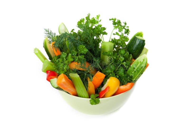 Talerz cuttted warzywa w zielonym pucharze zdjęcia stock