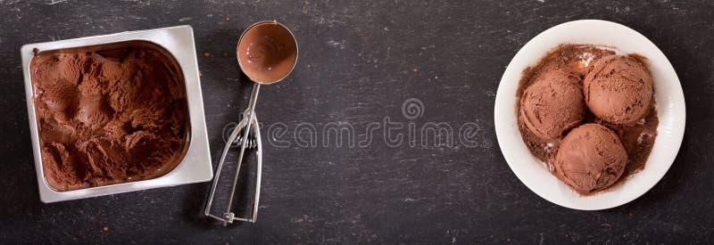 Talerz czekoladowe lody miarki, odgórny widok zdjęcie royalty free